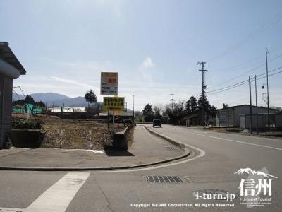 県道18号から左折する看板