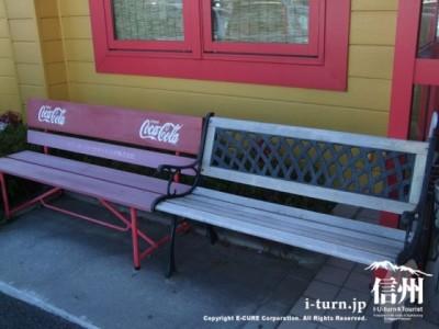 入店待ち用のベンチ二つ
