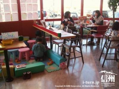 子供を遊ばせながらゆっくり食事