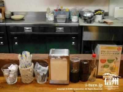 厨房とテーブルセット