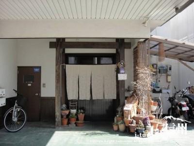 お店の入口を正面から