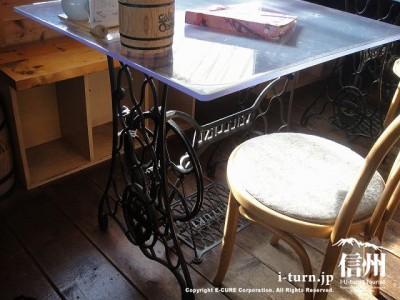 テーブルの台は昔のミシン!