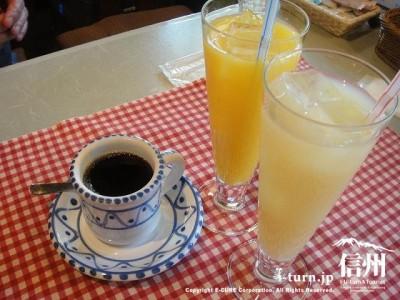 コーヒー、オレンジジュース、グレープフルーツジュース