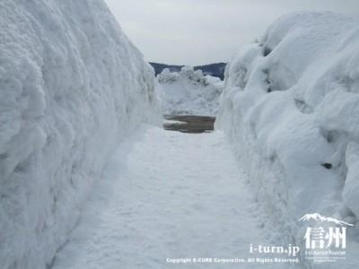 2メートルくらいある雪の壁