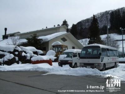 送迎バス2台と除雪車