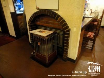 暖炉の前にストーブ