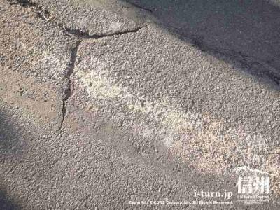 道には先に通った御柱の削りカスが付いてます