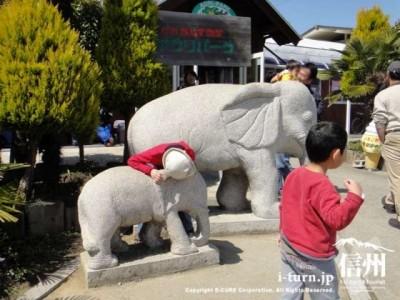 石像の象が二頭
