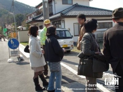 案内係の人と観光客