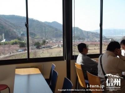 窓側の席からは集落が一望できる