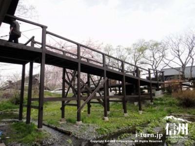 わさび田の上をわたる橋