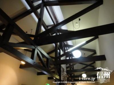 黒い梁の天井