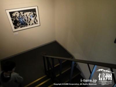 階段の踊り場に写真