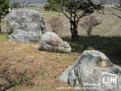 大きな石が3つ