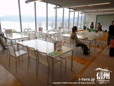 こちらはテーブル席、諏訪湖が一望