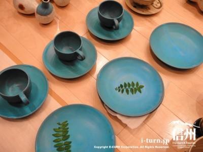 青いカップとお皿