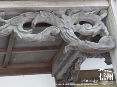 玄関の上の彫刻