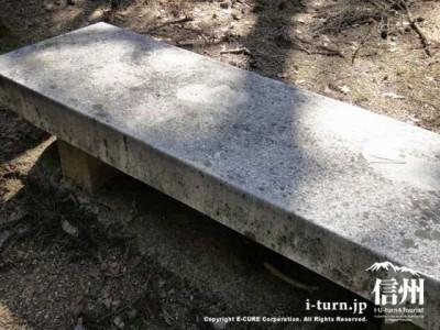 石でできたベンチ