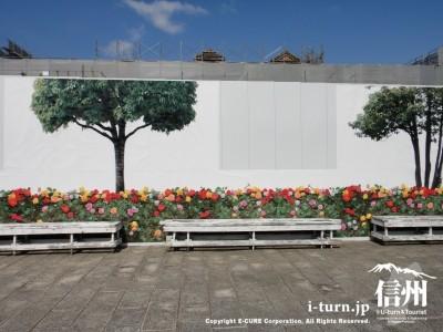 バラと木が描かれた壁