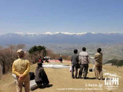 絶景を眺める&パラグライダーを見守る人々