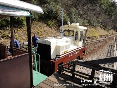 機関車が先頭につけられます