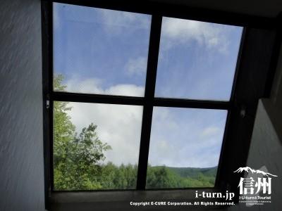 脱衣場の天窓からは白樺と青空