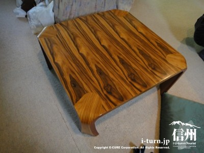 部屋のテーブル