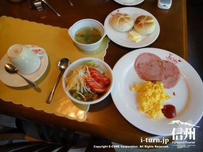 朝食を食べます