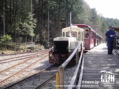 トロッコ電車がホームにつきました