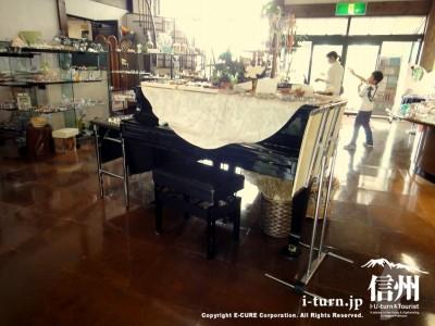 グランドピアノの上にも作品展示