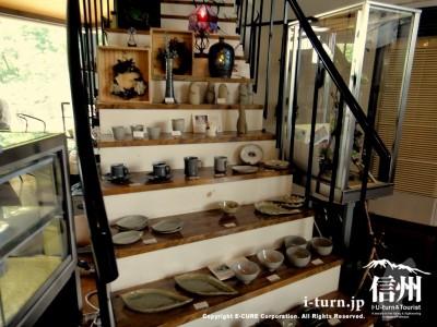 階段に陶器作品