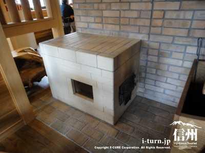 レンガを積み上げて作られている暖炉
