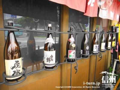 日本酒の瓶が並ぶ