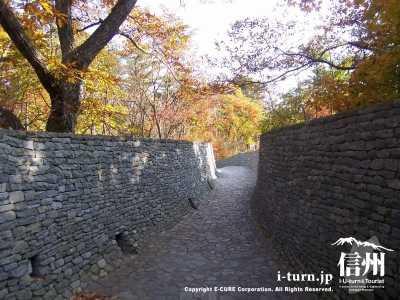教会への石の道