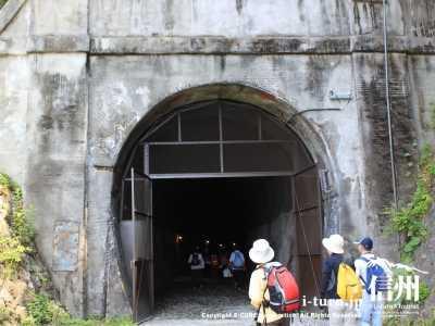 観光客でにぎわうトンネル