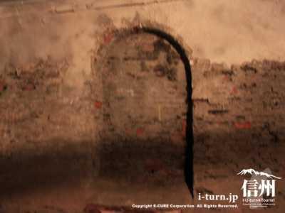 トンネルの中間部にあるくぼみ