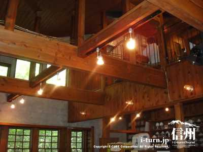 1階から2階の天井は吹き抜け