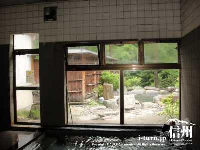 浴室内から外の露天風呂