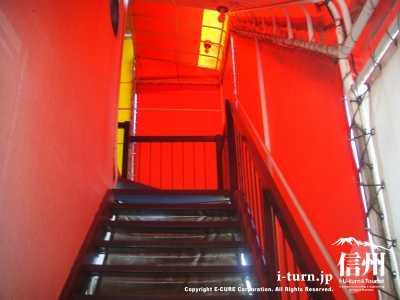 真っ赤なテント地に囲われた階段