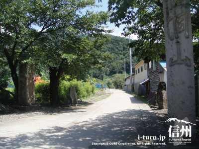 常楽寺にはこの道を進んでいきます