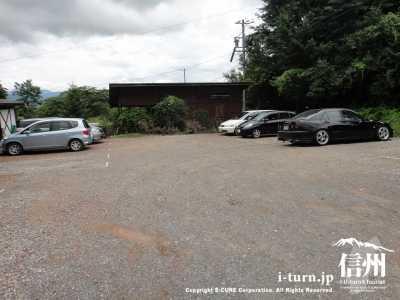 砂利の駐車場