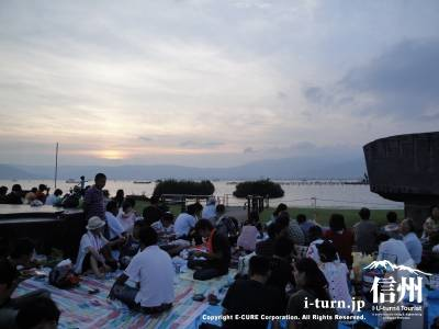 花火大会時の諏訪湖からの夕日