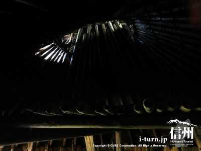 屋根の頭頂部に光が入ってきてます