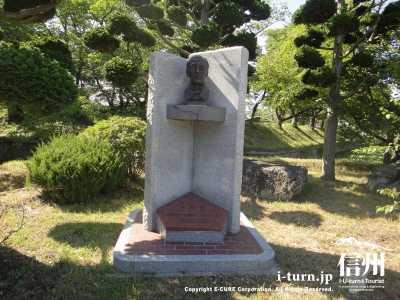 大給恒の銅像