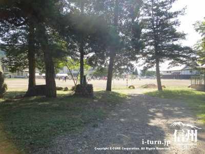 城跡は佐久市立田口小学校です。
