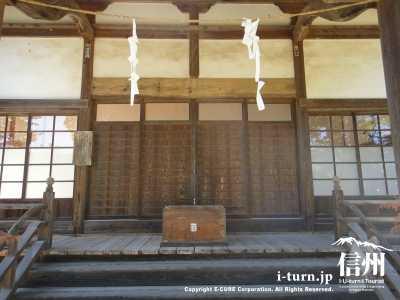 拝殿の賽銭箱
