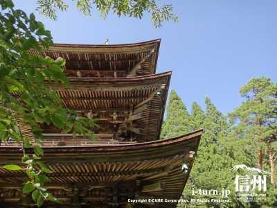 新海三社神社の三重の塔の屋根