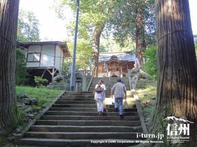 新海三社神社を訪れる観光客
