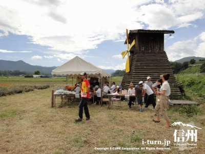 テントでは投票や農産物の販売