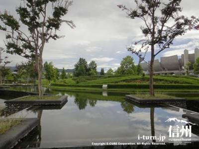 フロントは木と池